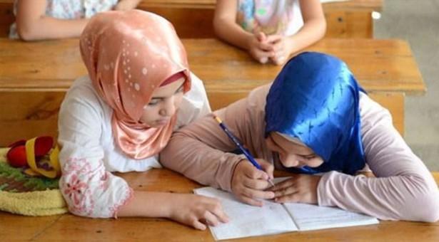 Liseye mescit, kadın öğrenciye zorla türban, öğretmene sürgün